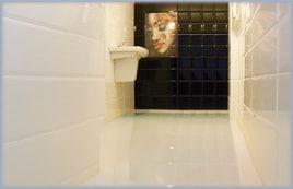 Spatiu sanitar protejat cu pardoseala epoxidica
